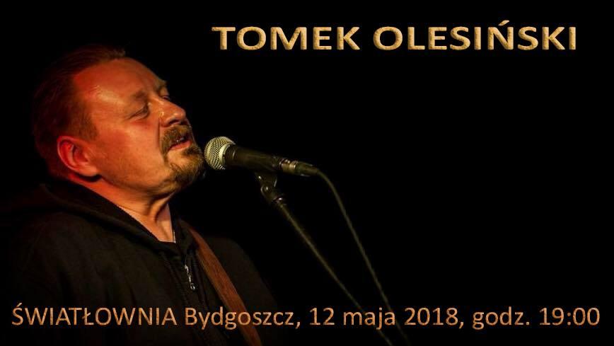 Mężczyzna w średnim wieku, śpiewa.