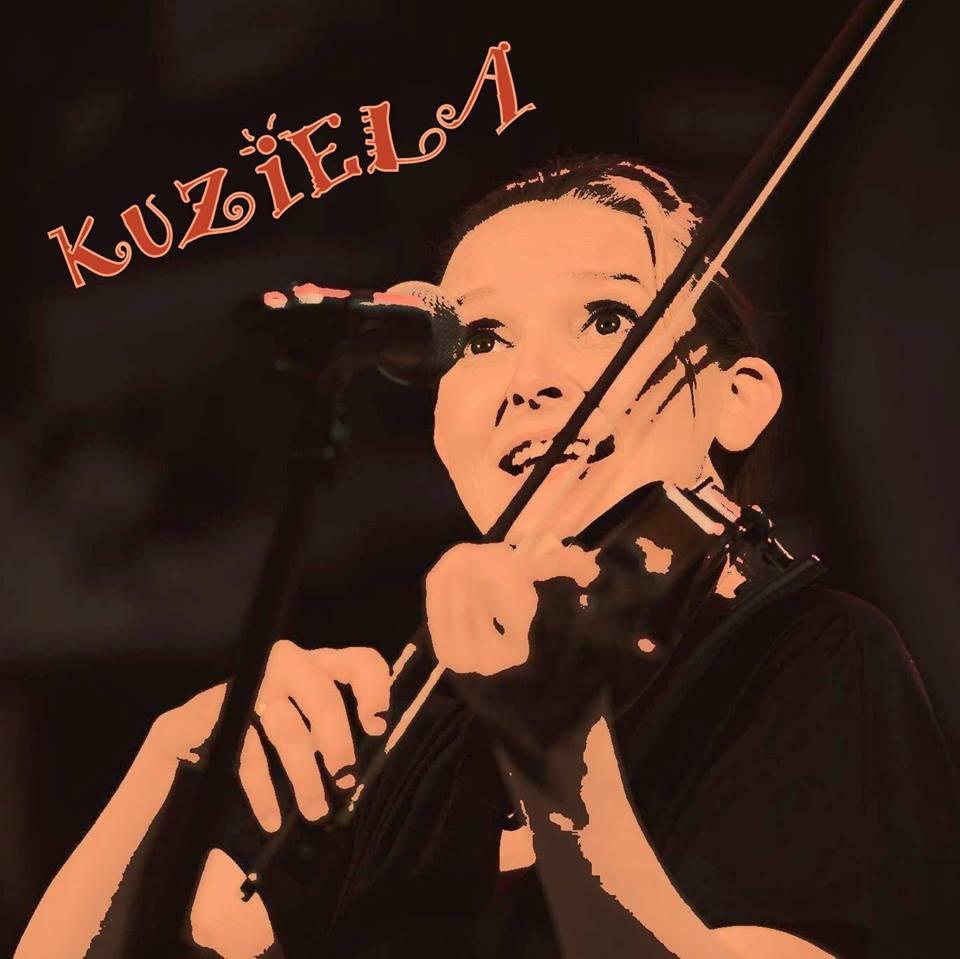 Młoda kobieta gra na skrzypcach.