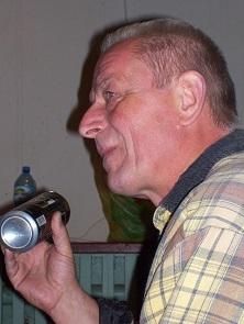 Na zdjęciu mężczyzna w średnim wieku, zdjęcie z lewego profilu.