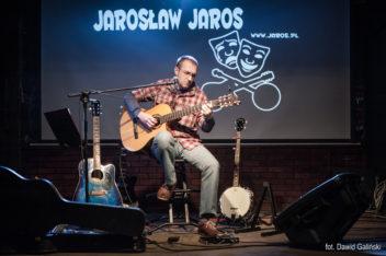 na scenie szczupły mężczyzna gra na gitarze. U góry napis: Jarosław Jaros