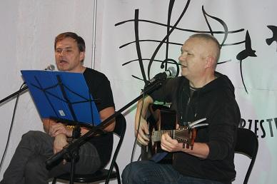 Na scenie dwóch mężczyzn, śpiewają.