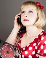 na zdjęciu młoda kobieta, blondynka, w sukience , rozmawia przez telefon.