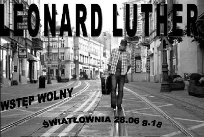 Zdjęcie Leonarda Luthera idącego po torach, ulicą Gdańską w Bydgoszczy. Młody, szczupły mężczyzna, w koszuli w kratę,w wycieraklach, czapce z daszkiem. niesie w futerale gitarę. Napis: Leonard Luther, wstęp wolny, Światłownia, 28.06, g.18.