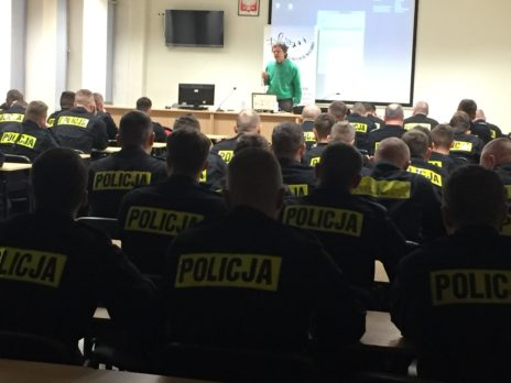 Sala konferencyjna. Kilkudziesięciu policjantów słucha prelegenta Grzegorza Dudzińskiego