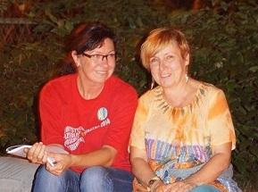 Na zdjęciu dwie uśmiechnięte kobiety w średnim wieku