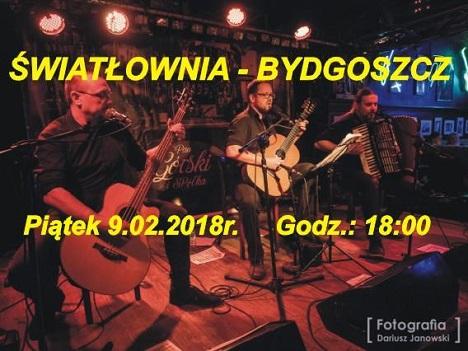 Trzech muzyków na scenie; akordeonista i dwóch gitarzystów.