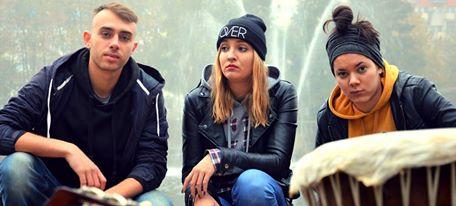 na zdjęciu troje młodych ludzi, mężczyzna, blondynka, brunetka.