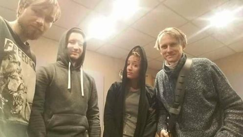 czworo młodych muzyków na scenie