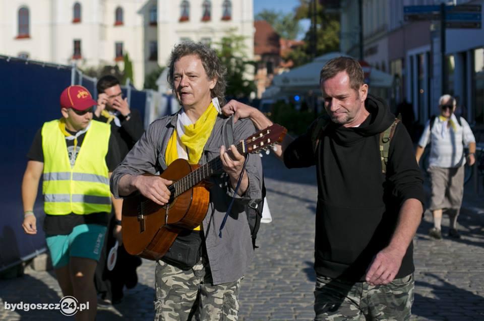 Dwóch mężczyzn w średnim wieku idzie i spiewa