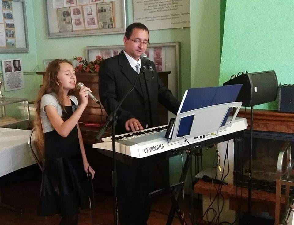 Ojciec z córką, śpiewają