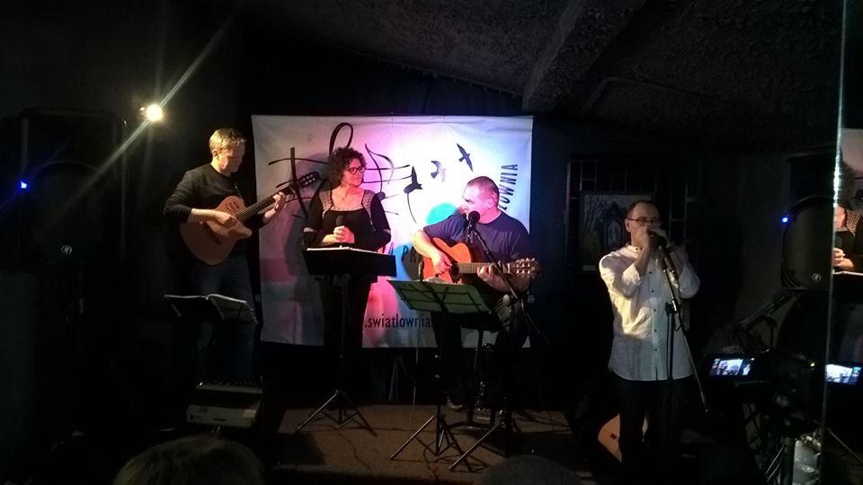 Zespół muzyczny na scenie
