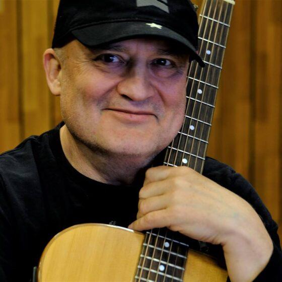 Uśmiechnięty Mężczyzna z gitarą