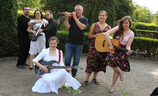 zdjęcie zespołu Duża Rajska Kawa. młodzi, uśmiechnięci muzycy