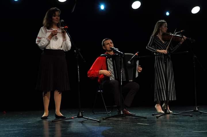 Dwie skrzypaczki i akordeonista na scenie