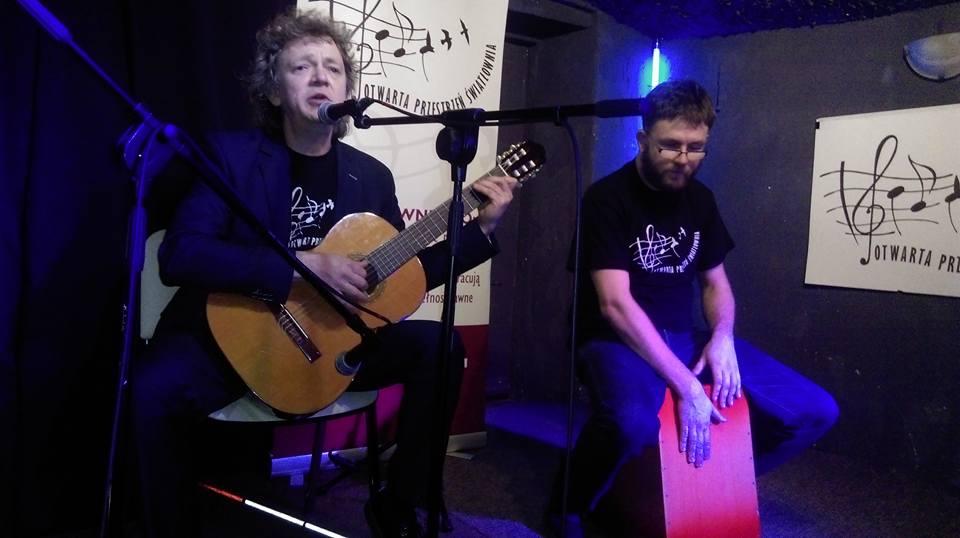 Gitarzysta i cajonista na scenie