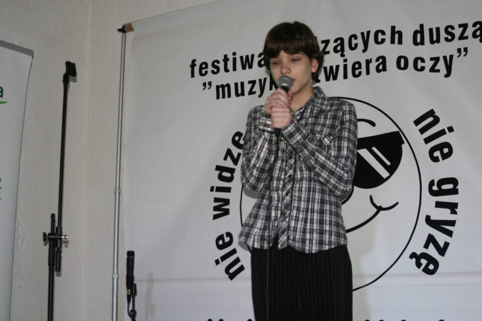 młoda dziewczyna na scenie śpiewa