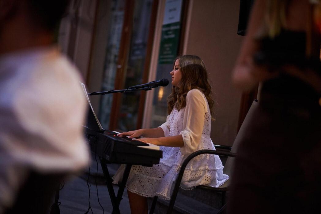 młoda dziewczyna przy fortepianie