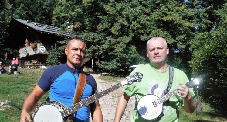 dwóch mężczyzn z banjo