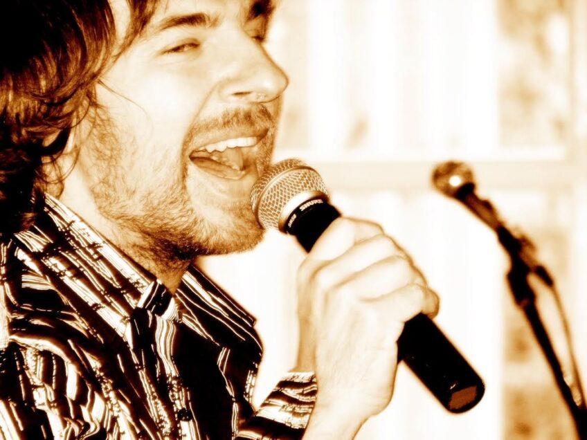 młody mężczyzna śpiewa