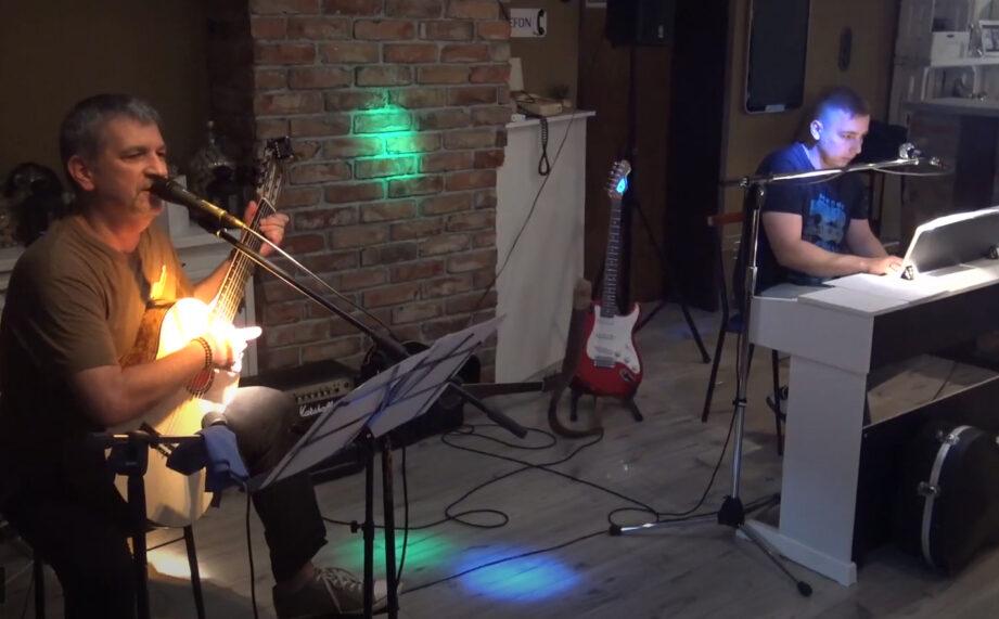 pianista i gitarzysta na scenie