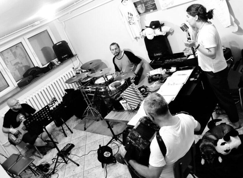 zespół muzyczny akordeonista, perkusista, gitarzysta i wokalistka