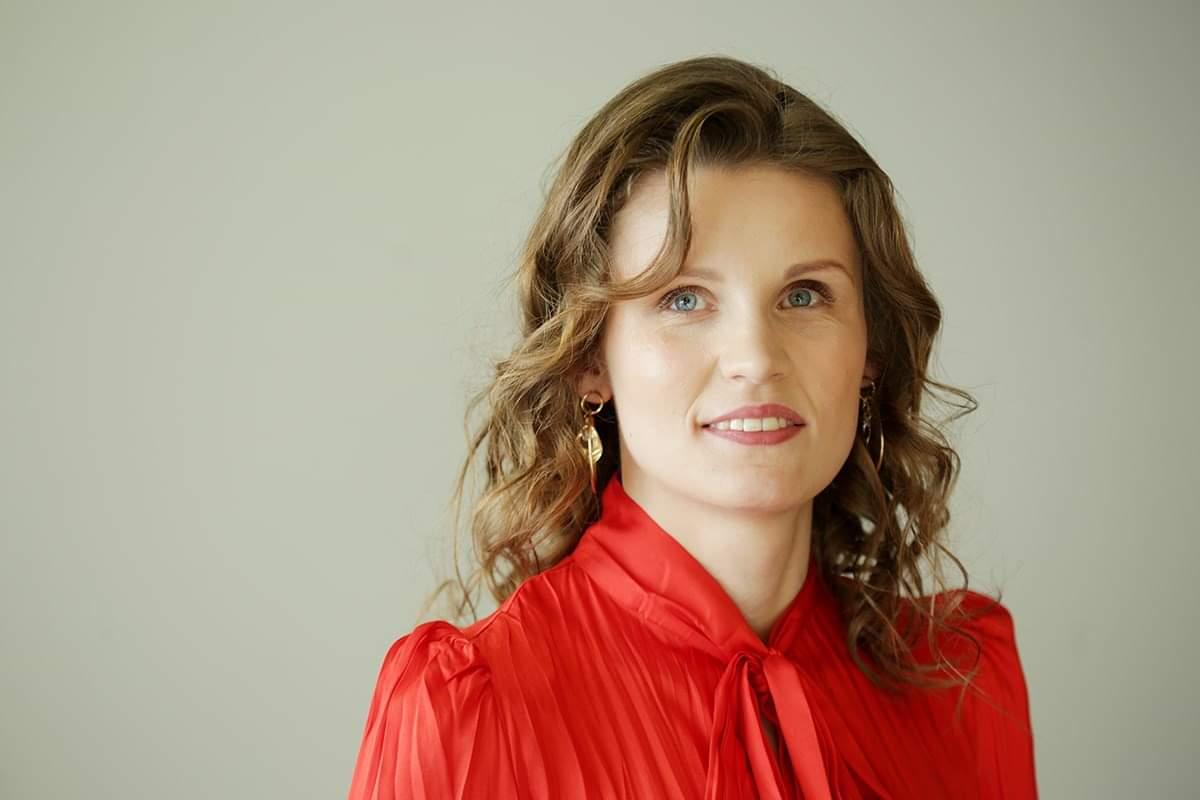 zdjęcie portretowe młodej kobiety w czerwonej bluzce